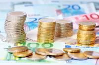 Geldscheine und Euromünztürme