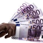 Hand hält 500-Euroscheine