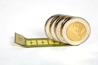 Münzen auf einem Maßband