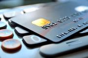 Kreditkarte liegt auf Geldautomatentastatur