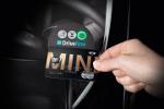 Mini Credit Card wird an DriveNow Fahrzeug gehalten