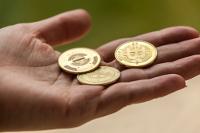 geöffnete Hand in der Bitcoins liegen