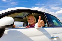 Bild mit zufriedener Autofahrerin