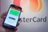 User hält Smartphone an Kontaktlos-Zeichen