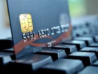 Kreditkarte mit sichtbaren EMV-CHip auf Tastatur