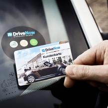 Kreditkarten mit integrierter NFC-Technologie, die Türen öffnen