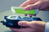 Handy wird an PoS gehalten zur Bezahlung