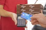 Pizzalieferung wird mit VISA-Kreditkarte bezahlt